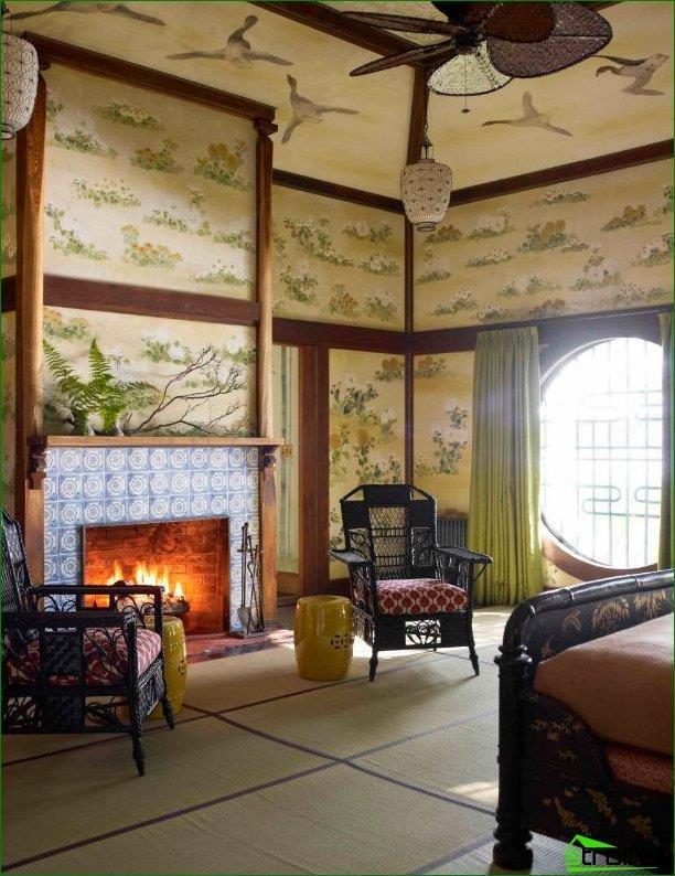 النمط الصيني في المناطق الداخلية من المهراجا: رسومات الحيوانات على السقف والجدران ، ومدفأة مع لوحات بيضاء وزرقاء ، وكراسي مزورة ونافذة مستديرة