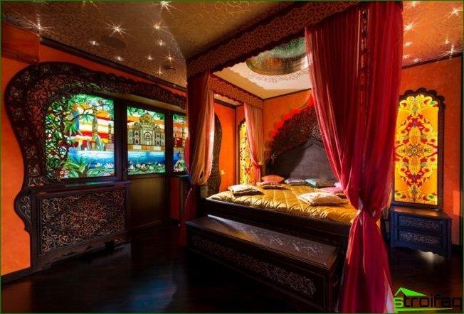 يهيمن على النمط الهندي الألوان الحمراء والخشب الداكن. بدلاً من النافذة ، يمكن استخدام نافذة من الزجاج الملون تصور الأضرحة.