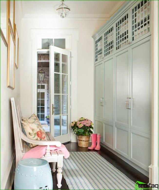 Provence-style striped rug in the hallway