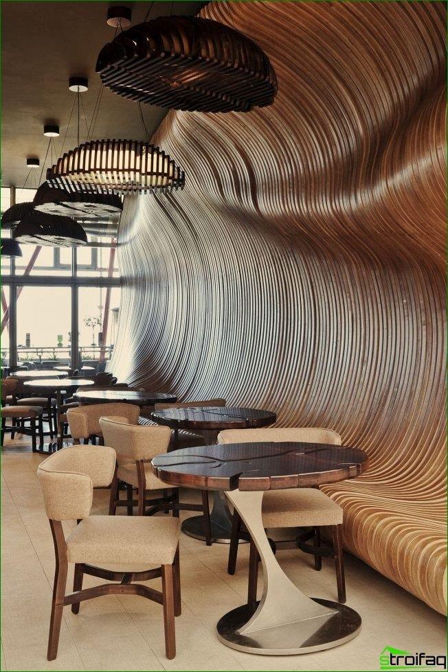 El lujoso interior de madera de la cafetería no te dejará indiferente.