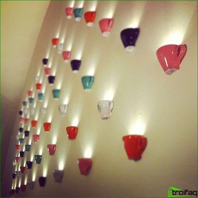 Una opción de iluminación interesante para una pequeña cafetería.