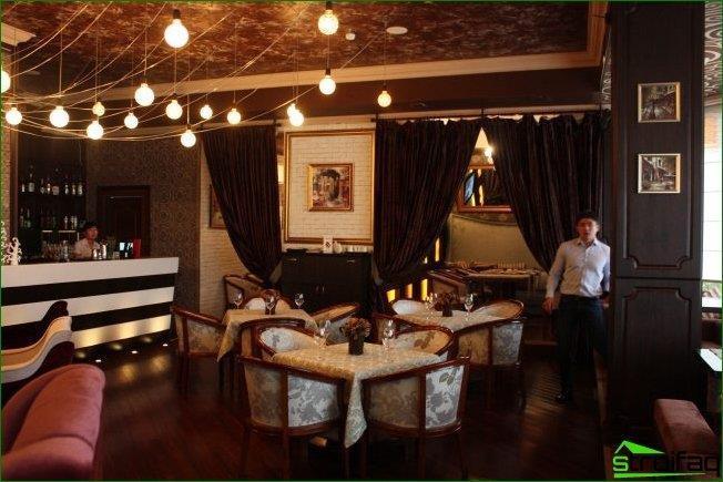 Estilo clásico en el diseño de la cafetería con elementos de un estilo moderno.