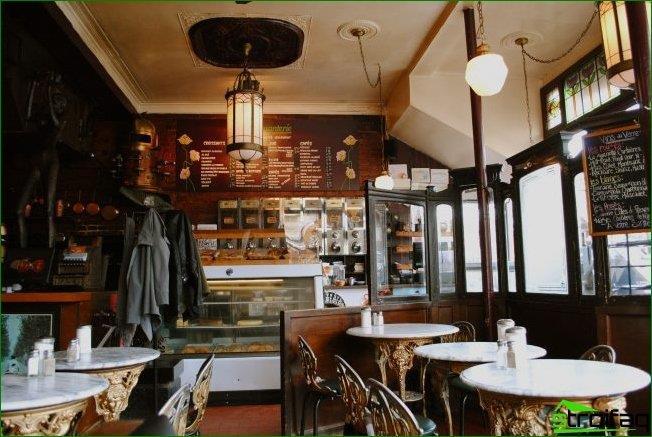 Muebles tallados en el interior de una cafetería clásica.