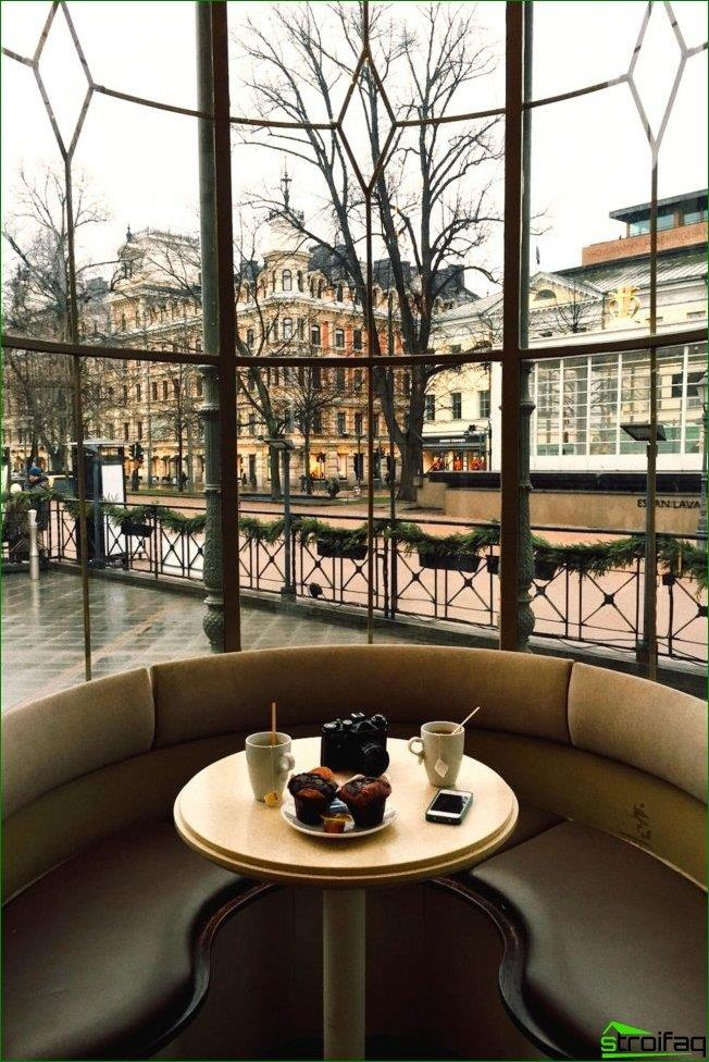 Sofá redondo y suave con una pequeña mesa en el centro y una hermosa vista desde la ventana.
