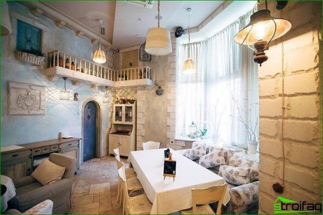Interior cálido y acogedor de una cafetería provenzal