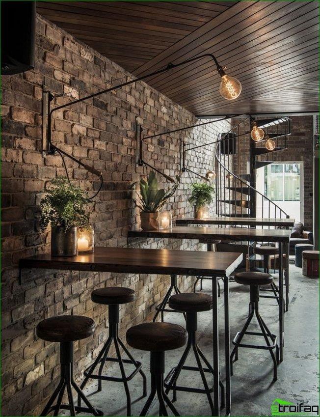 Cafetería estilo loft con iluminación inusual.