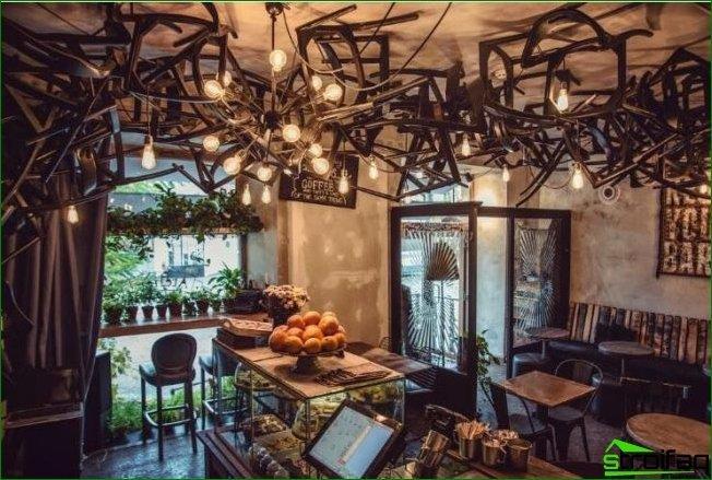 Un interior bastante simple de la cafetería estará decorado con un techo inusualmente decorado.