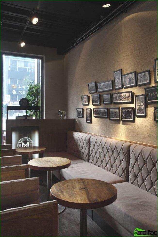 Las fotos pequeñas en marcos negros se ven bien en la decoración de una cafetería gris-beige
