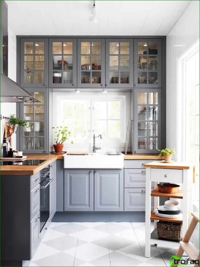 For narrow kitchens, it will be very interesting to design the space around the window with wall cabinets, thus fully integrating it into the work area