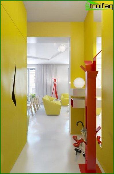 Жовтий дизайн прихожей в маленькому коридорі