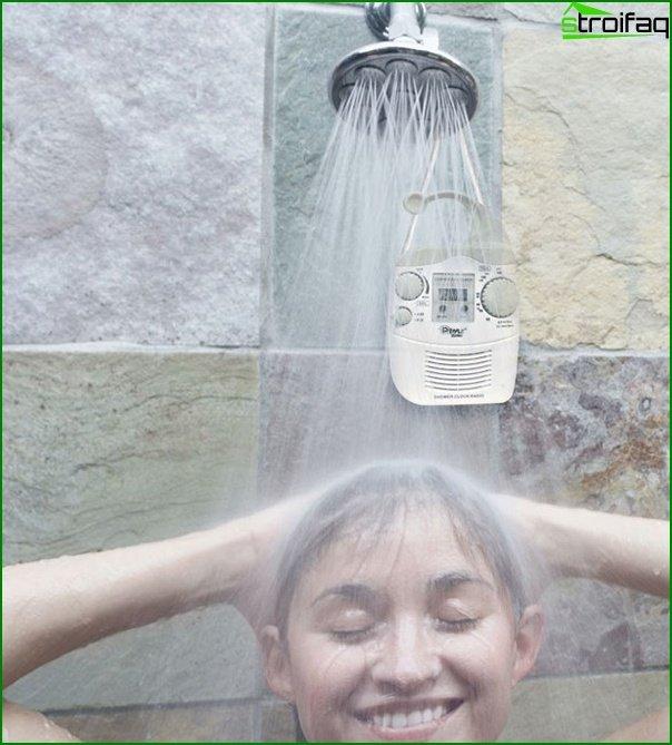 Радіоприймач в душовій кабіні