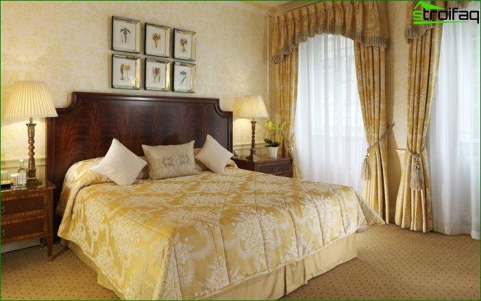 Papel tapiz amarillo en el dormitorio