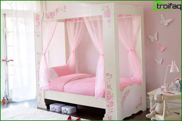 سرير اطفال وردي