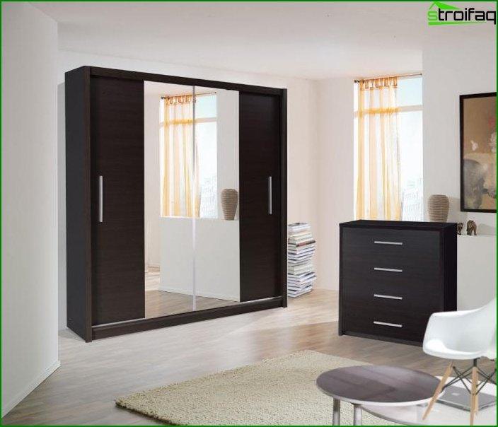 Armario corredizo en un dormitorio con espejo