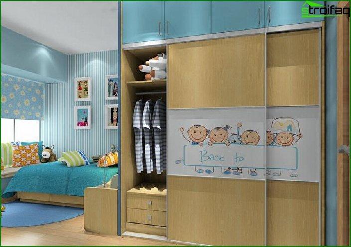 Armario corredizo en una habitación infantil