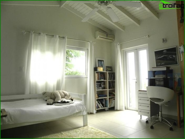 Bedroom with a separate balcony or loggia - photo 1