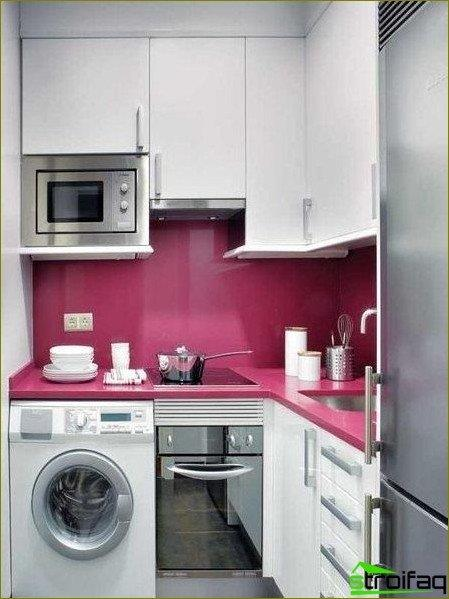 El interior de una pequeña cocina.